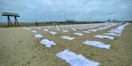 'Massagraf' op strand symboliseert overleden transmigranten