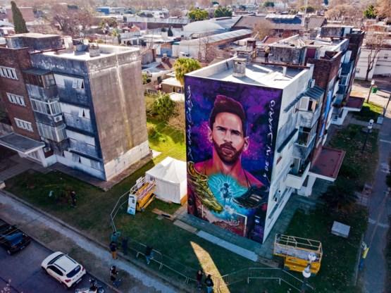 Gigantisch graffitiportret van Messi onthuld aan eerste school in geboortestad Rosario