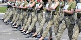 Oekraïens leger laat vrouwelijke soldaten marcheren op hoge hakken: 'Idioot'