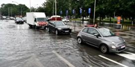 Onweer trekt over ons land: file door wateroverlast op E40