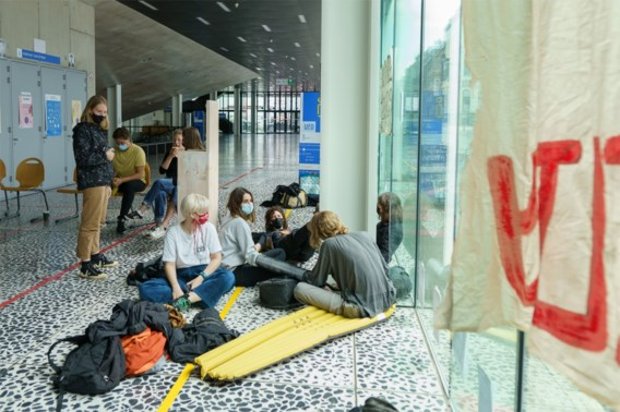 Sympathisanten hongerstakende sans-papiers bezetten gebouw UGent