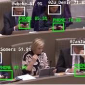 Kunstproject neemt gsm-gebruik Vlaams Parlement onder de loep, voorzitter Homans sust: 'Noodzakelijke werkmiddelen'