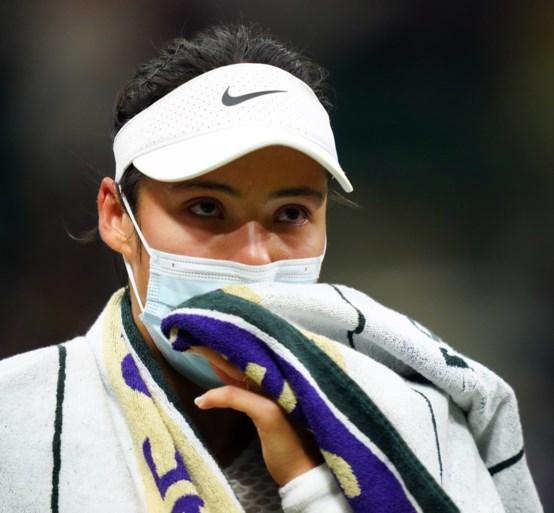Britse tienersensatie Emma Raducanu geeft op met ademhalingsproblemen op Wimbledon