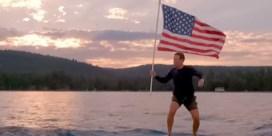 Mark Zuckerberg viert 4 juli op zwevende surfplank met Amerikaanse vlag