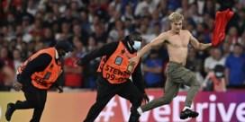 Wat Uefa u niet laat zien: behendige veldbestormer verstoort EK-finale