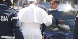Paus Franciscus verlaat ziekenhuis na operatie