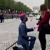 Legerofficier viert 14 juillet met huwelijksaanzoek op Champs Élysées