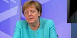 Merkel lijkt even in te dommelen tijdens digitale meeting