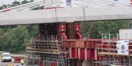 Enorme brug van 2.800 ton wordt over R4 geschoven
