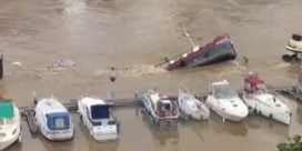 Ooggetuige in Luik filmt hoe vrachtschip volledig wegzinkt in Maas