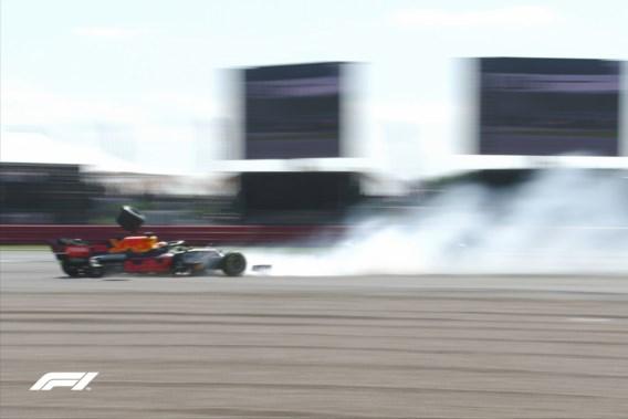 Opschudding op Silverstone: Verstappen vliegt in muur, Hamilton wint