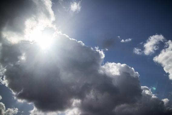 Zon steekt zich weg achter de wolken