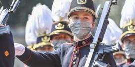 Kroonprinses Elisabeth schittert in militair defilé