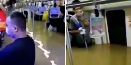 Beklijvende beelden tonen hoe Chinese pendelaars vastzitten in ondergelopen metro