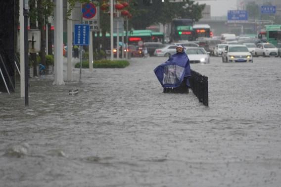 Ook in China slaat noodweer toe: metropassagiers ingesloten door hevige regen