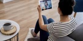 De psycholoog zit achter de webcam