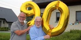 Buren versieren straat voor 90ste verjaardag van ereburgemeester
