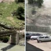 Rotsen rollen met hoge snelheid van Indiase berg en verwoesten brug