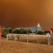 Toeristen in Turkije moeten pootjebaden met bosbranden op achtergrond