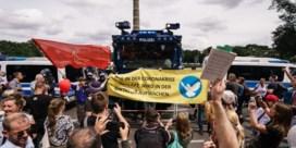 Fotoreeks | Duizenden Duitsers op straat tegen coronamaatregelen: 'Geen dictatuur!'