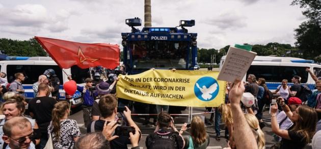 Fotoreeks   Duizenden Duitsers op straat tegen coronamaatregelen: 'Geen dictatuur!'