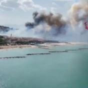 Italiaanse brandweer deelt beelden van verwoeste huizen en toeristisch strand