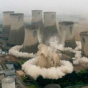 Drone filmt spectaculair moment waarop vier koeltorens tegen de vlakte gaan