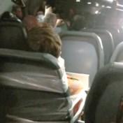 Vliegtuigbemanning tapet passagier vast op stoel na aanval
