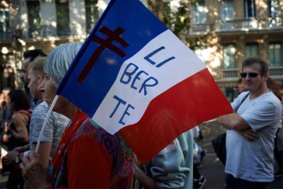Macron mag coronapas invoeren, maar massaal protest niet voorbij