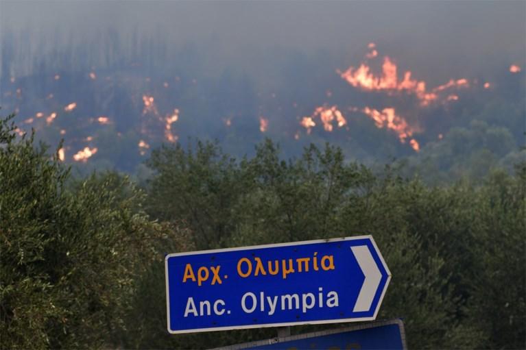 150 huizen verwoest door Griekse bosbranden, monniken weigeren getroffen eiland te verlaten