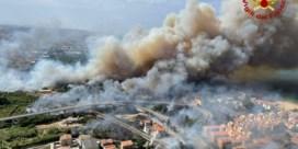Bosbrand verdrijft honderden mensen uit Italiaanse badplaats