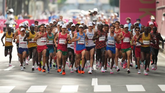 Onsportief of ongelukkig? Franse marathonloper stoot rij waterflesjes om