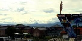 Klifduikers maken spectaculaire sprongen van het operagebouw in Noorwegen
