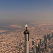 'Stewardess' van Emirates haalt stunt uit op top van Burj Khalifa