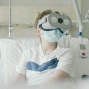 Ziekenhuispatiënt kijkt met VR-bril live rond in woonkamer thuis
