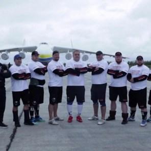 Acht Oekraïense mannen trekken grootste vrachtvliegtuig ter wereld voort