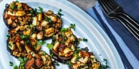 Gebakken aubergine met halloumi, knoflook en noten