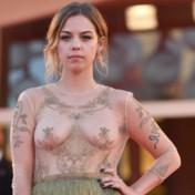 Belgische actrice maakt furore op rode loper: 'Mensen zien mijn borsten toch in de film'