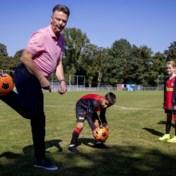 Nederlands bondscoach Louis Van Gaal traint met jeugdspelertjes: 'Jij hebt andere kwaliteiten'
