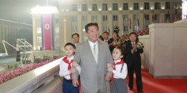 Gebruind, vers geknipt en een nieuwe look: Kim Jong-un steelt de show op nationale parade