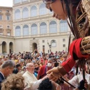 Reuzin 'Little Amal' groet paus op weg naar Antwerpen