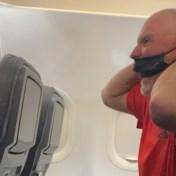 Grommende passagier gelooft niet dat vliegtuig nog niet geland is en wil uitstappen
