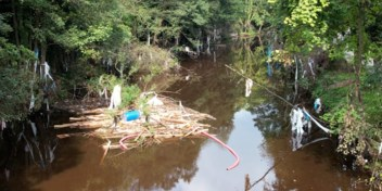 Twee maanden na de ramp: drone filmt hoeveel afval er nog altijd in Waalse rivier ligt