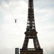 Waaghals steekt highline over vanaf Eiffeltoren