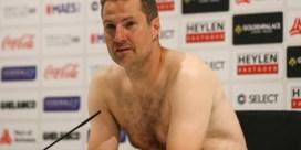 Antwerp-trainer Brian Priske verschijnt halfnaakt op de persconferentie na kwalificatie