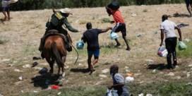 Ophef om Texaanse grenswachters die 'zweep' gebruiken om migranten te stoppen
