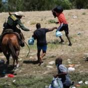 Amerikaanse grenswachters te paard zwaaien met 'zweep' naar migranten