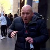 Antivaxers vallen reporter aan tijdens protest: 'Ik kreeg al urine over mij'