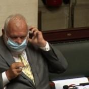Dedecker heeft maar weinig zin in mondmasker, tot collega's hem erop aanspreken