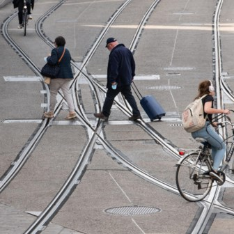 Strijden voetgangers en fietsers tegen elkaar? Dan wint de auto